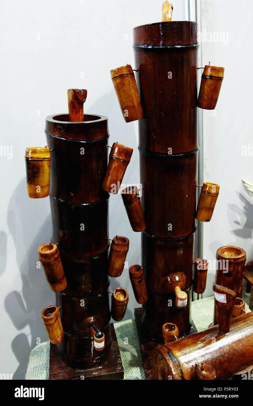 SÃO ROQUE, SP - 03.10.2015: UTENSÍLIOS DE BAMBU - Utensílios feitos a partir de bambu. Alambique e copos de bambu. (Foto: Aloisio Mauricio / Fotoarena) Foto de stock