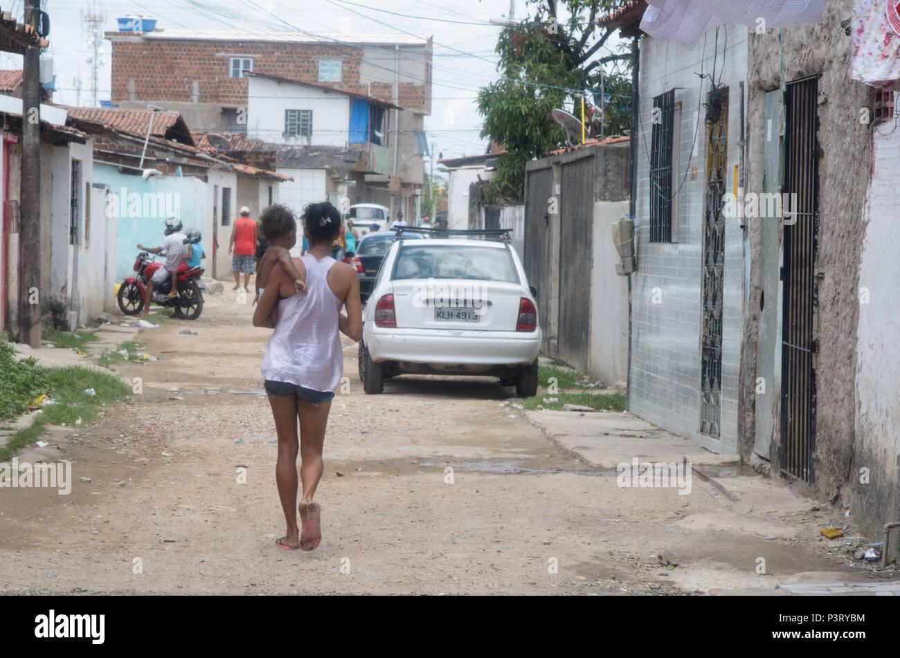 RECIFE, PE - 10.10.2015: FAVELA DO COQUE - Mãe passeia com criança nos braços na comunidade carente hacer coque. (Foto: Diego Herculano / Fotoarena) Foto de stock