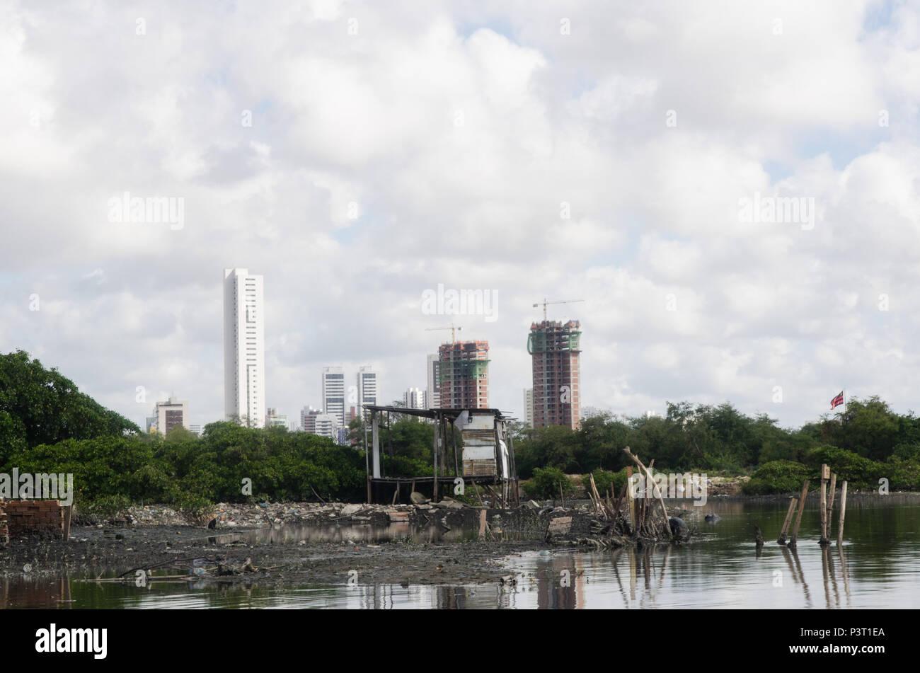 RECIFE, PE - 21.10.2015: FAVELA DO NO BUEIRO RECIFE - Desigualdade social na paisagem do Río Capibaribe, no Recife (PE). E Palafitas prédios de luxo em construção. (Foto: Diego Herculano / Fotoarena) Foto de stock
