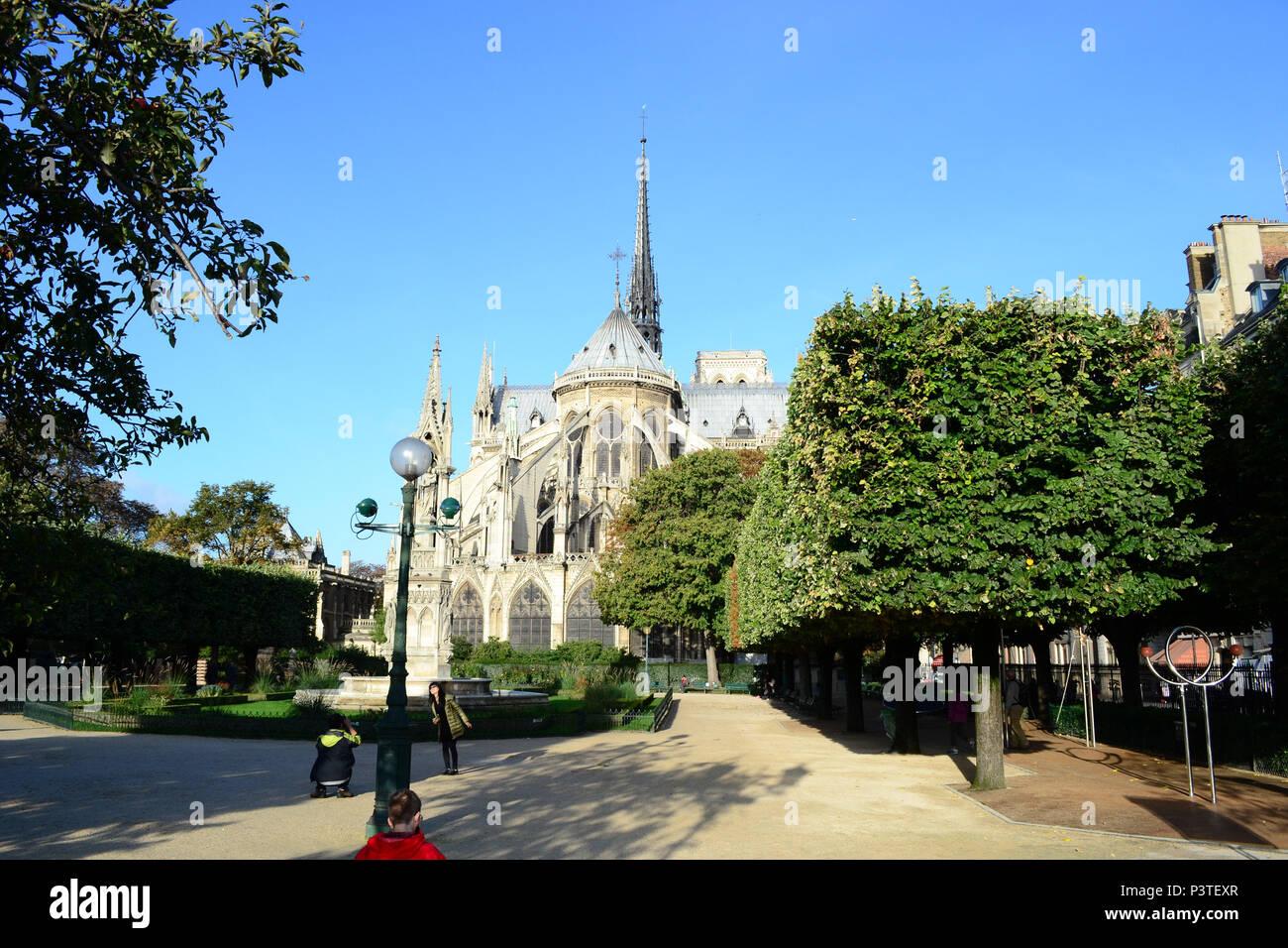 PARIS, FRANÇA - 17.10.2013: París - Praça Jean XXIII, localizada atrás da Catedral de Notre Dame. (Foto: Fontana / Fotoarena) Foto de stock