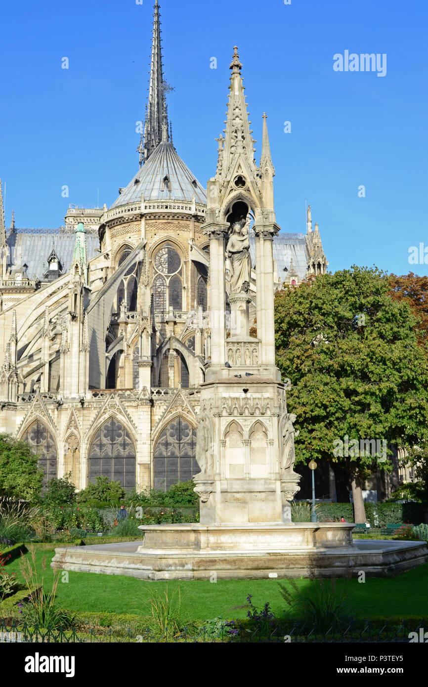 PARIS, FRANÇA - 17.10.2013: París - Praça Jean XXIII, localisada atrás da Catedral de Notre Dame. (Foto: Fontana / Fotoarena) Imagen De Stock
