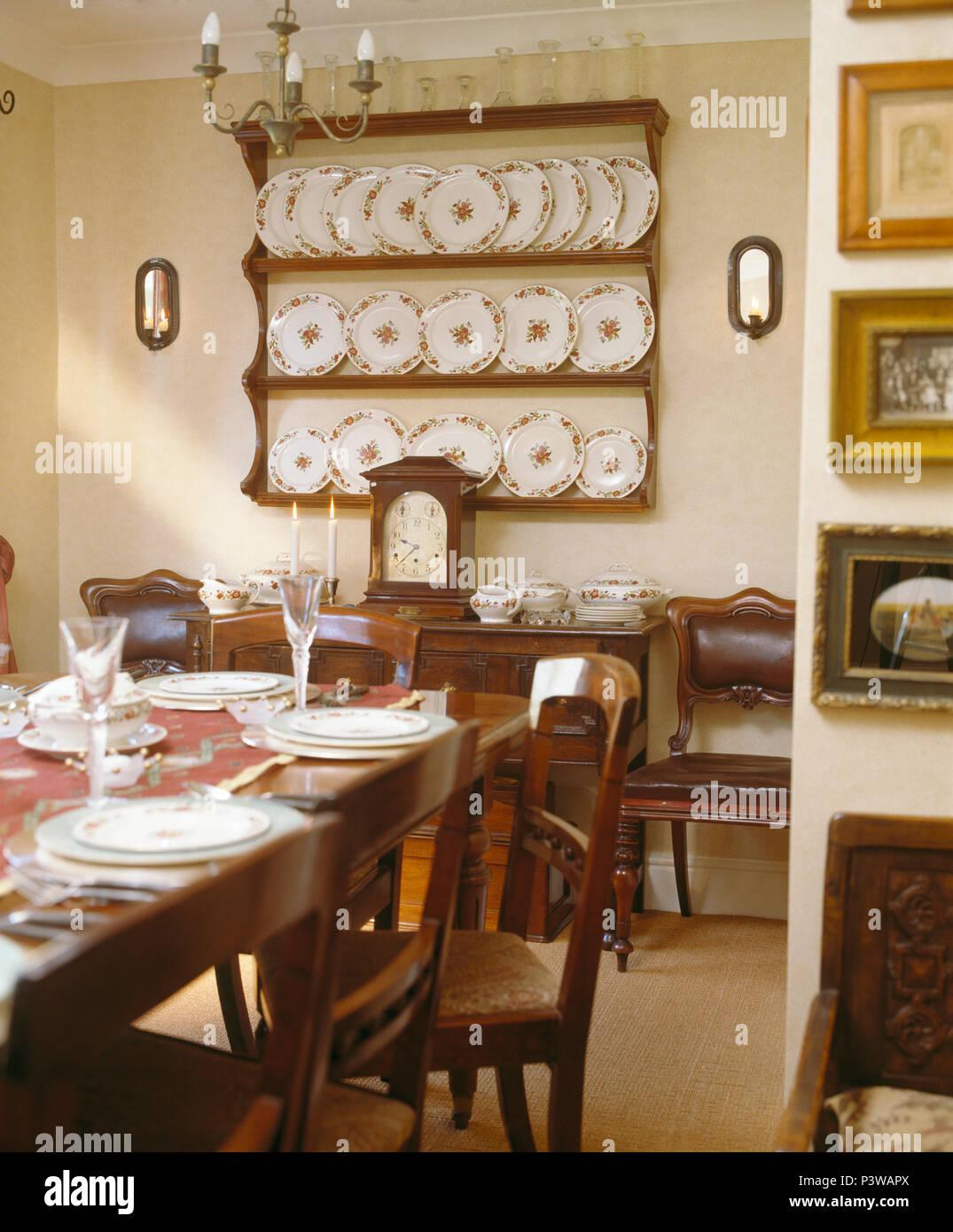 Colección de placas antiguas en estantes de pared en el país comedor ...