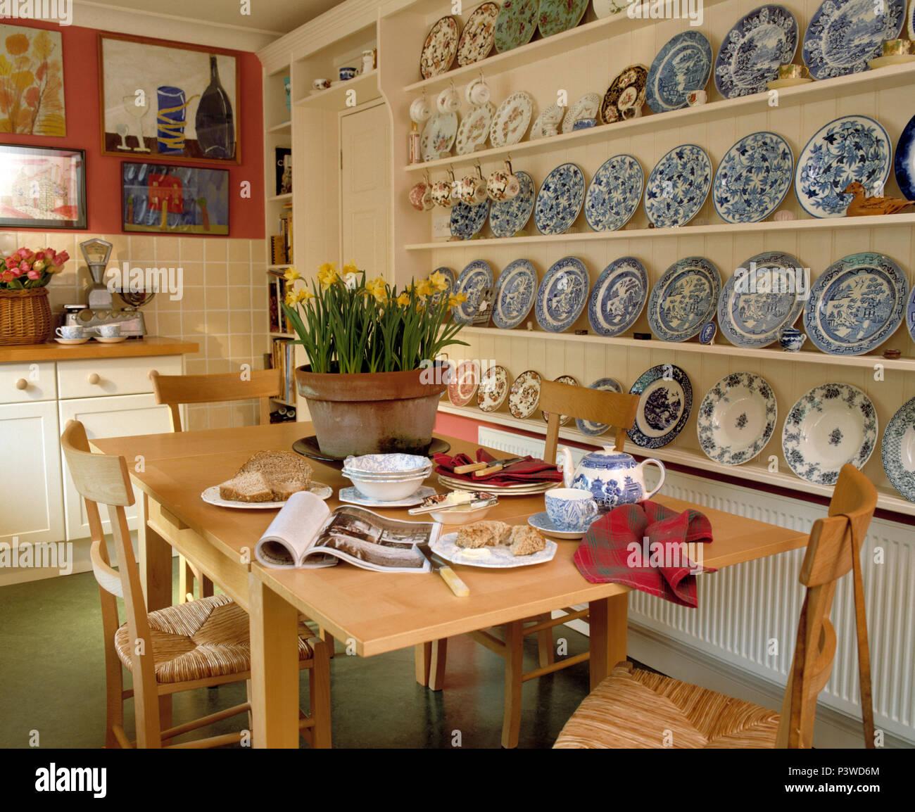 Blue+las placas blancas sobre blanco estantes en el comedor con mesa ...