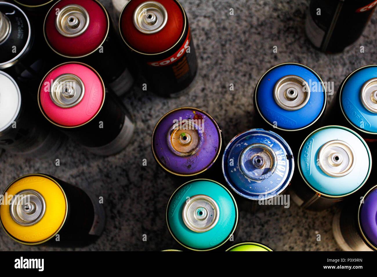 Latas de tinta en aerosol. Foto de stock