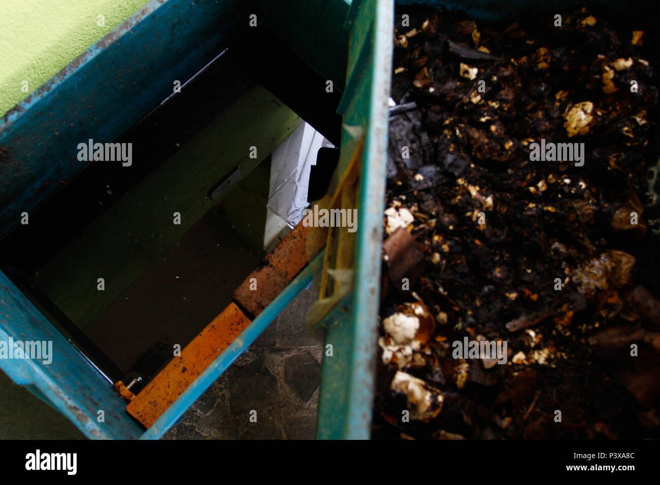 Minhocas Minhocário, com da espécie californianas 'vermelhas'. Na foto o liquido se trata de húmus de minhoca. Imagen De Stock