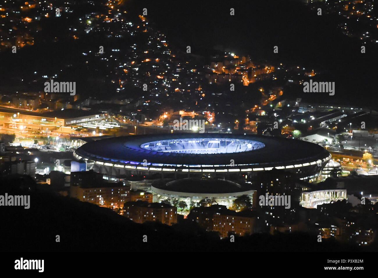 Estádio do Maracanã iluminado visto durante a noite. Foto de stock