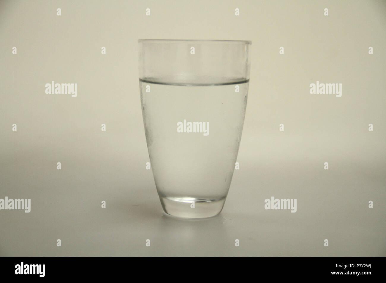 Copo contendo gelo em estado líquido. Imagen De Stock