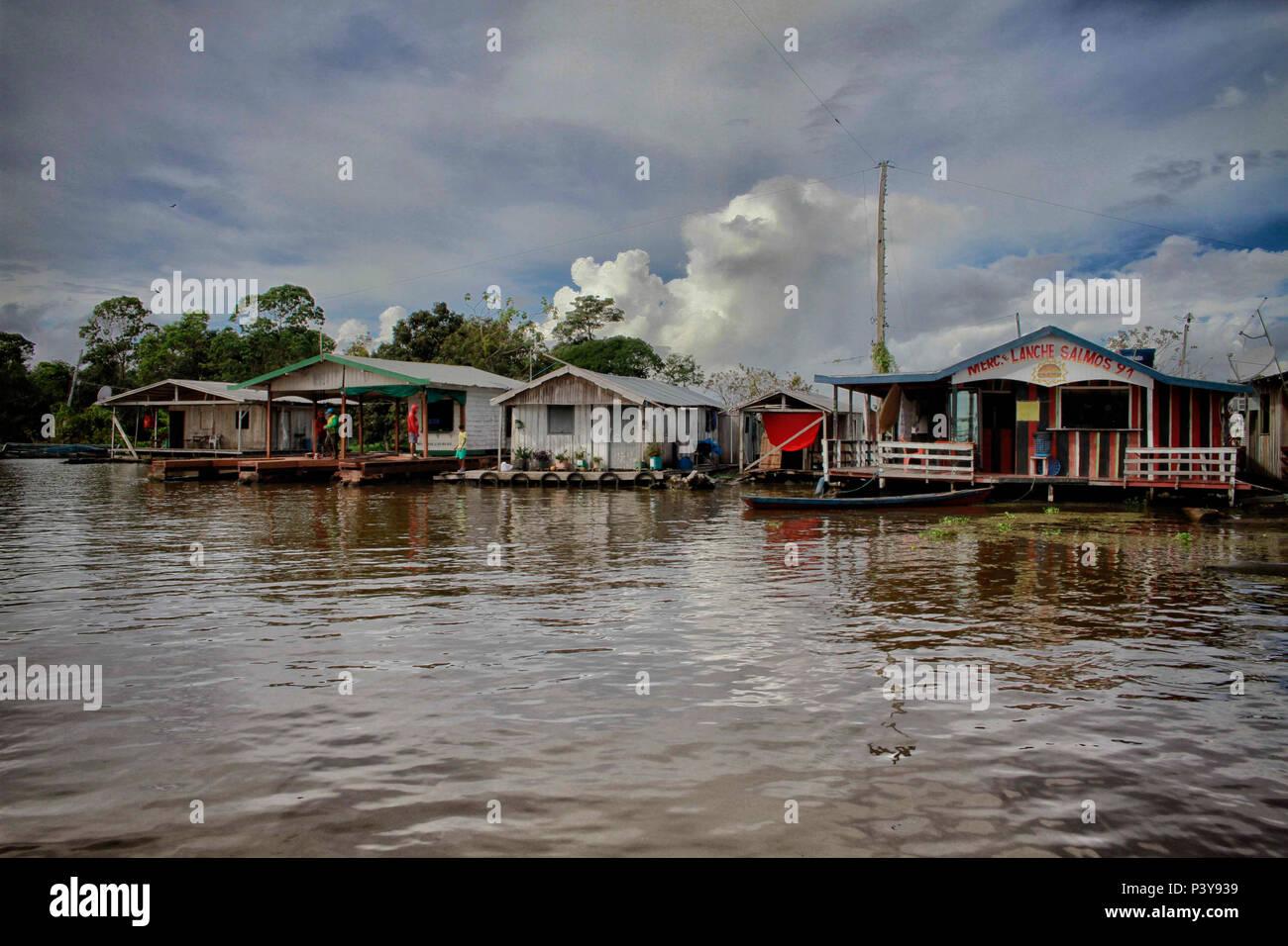 """No município de iranduba no Amazonas, una Comunidade Catalão reduto é um Pouco de tranquilidade a menos de 30 minutos de Manaus pelo Río Negro, são106 casas flutuantes que un formam, que ficam sobre toras de Madeira que, molhadas duram, décadas. Há uma atração apenas que una de seu flutuante peixaria 'Alemão"""", onde os turistas pescam pirarucu. Imagen De Stock"""