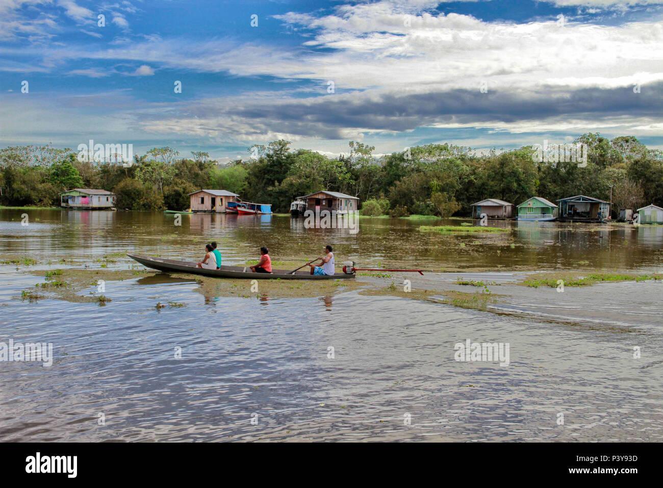 """No município de iranduba no Amazonas, una Comunidade Catalão reduto é um Pouco de tranquilidade a menos de 30 minutos de Manaus pelo Río Negro, são106 casas flutuantes que un formam, que ficam sobre toras de Madeira que, molhadas duram, décadas. Há uma atração apenas que una de seu flutuante peixaria 'Alemão"""", onde os turistas pescam pirarucu. Foto de stock"""