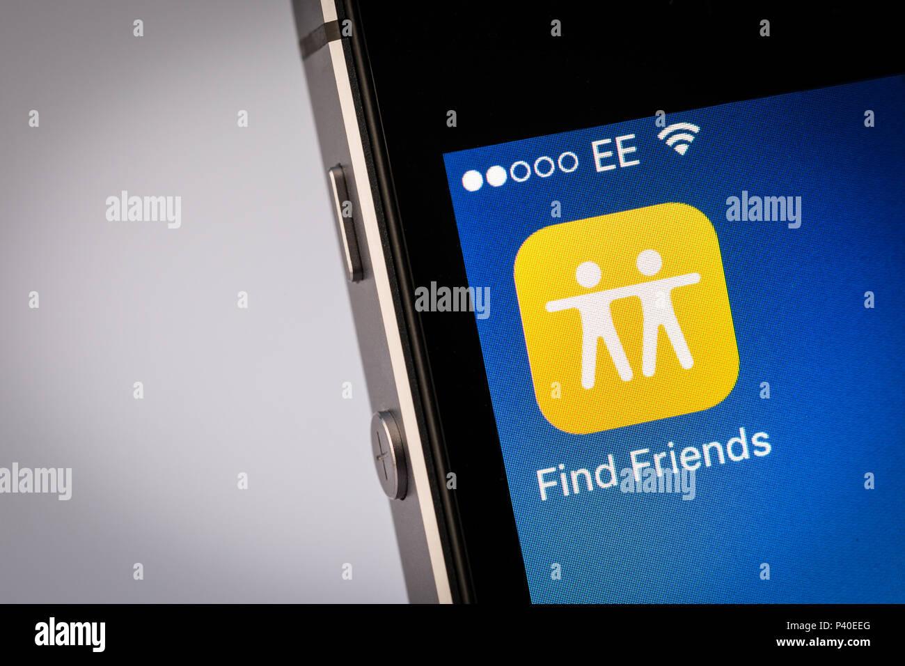 Encontrar amigos en un App iPhone Smartphone Imagen De Stock
