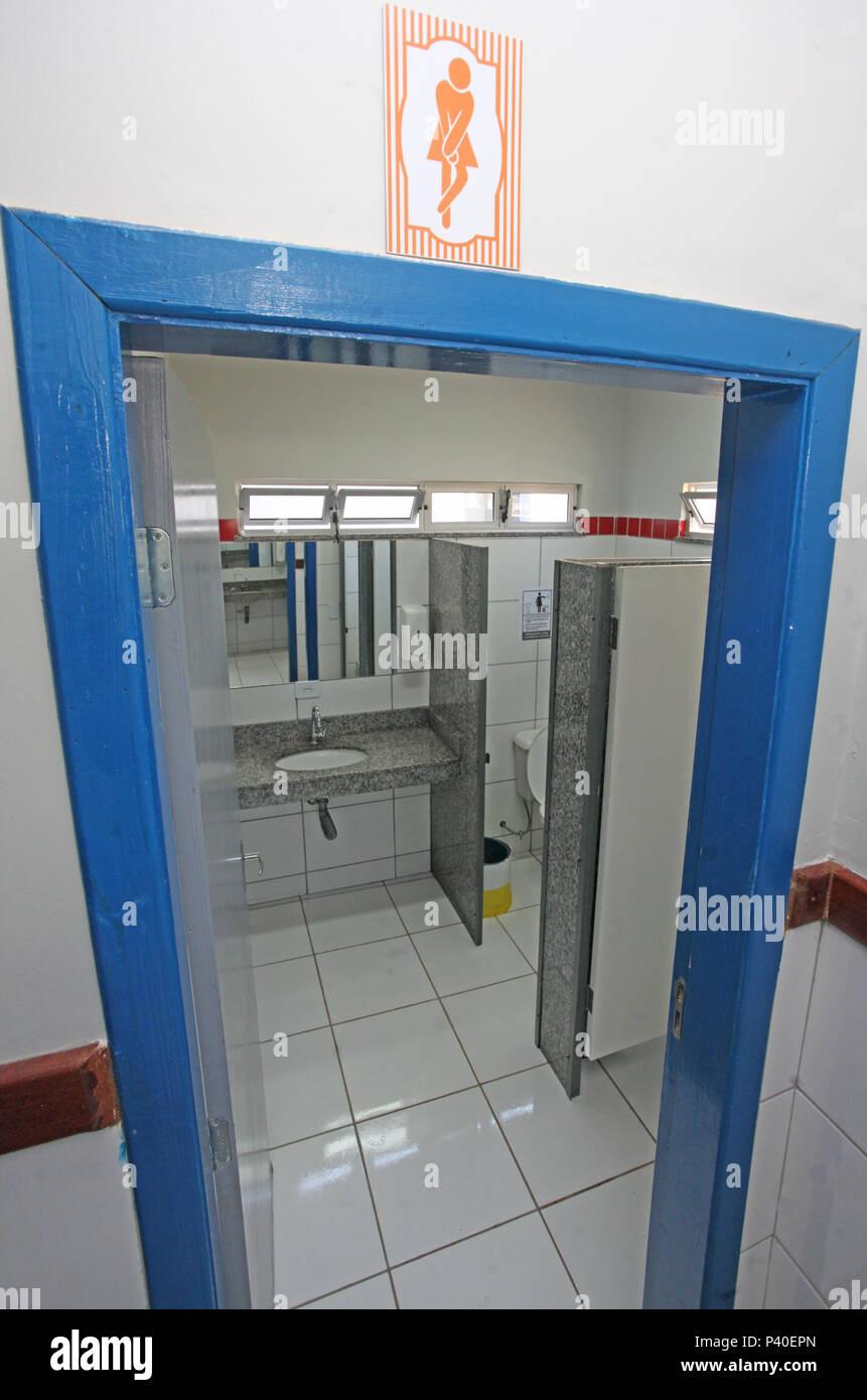 Porta de identificação banheiro com de sexo masculino e feminino. Na foto, porta de banheiro feminino em escola infantil. Imagen De Stock