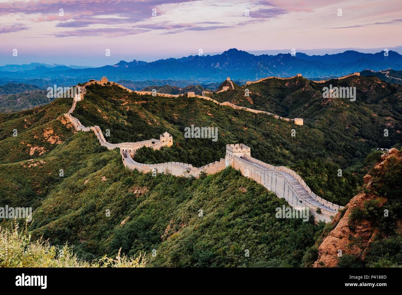Amanecer en tour caminando Jinshanling Gran Muralla de China, tour caminando Jinshanling, Beijing, China Foto de stock