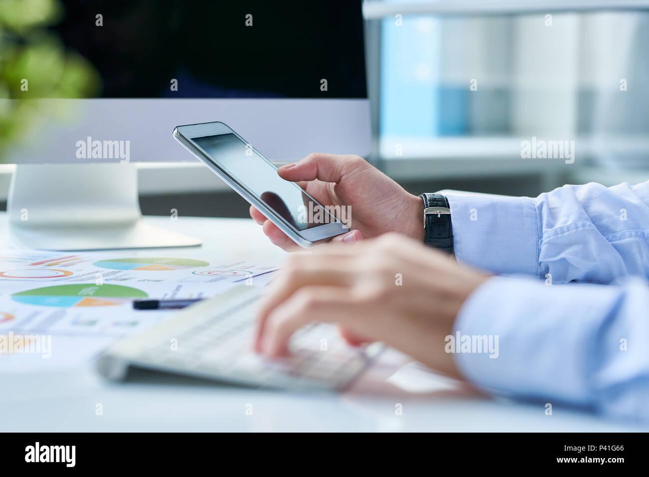 Empresario de cultivo con el smartphone en el lugar de trabajo Imagen De Stock