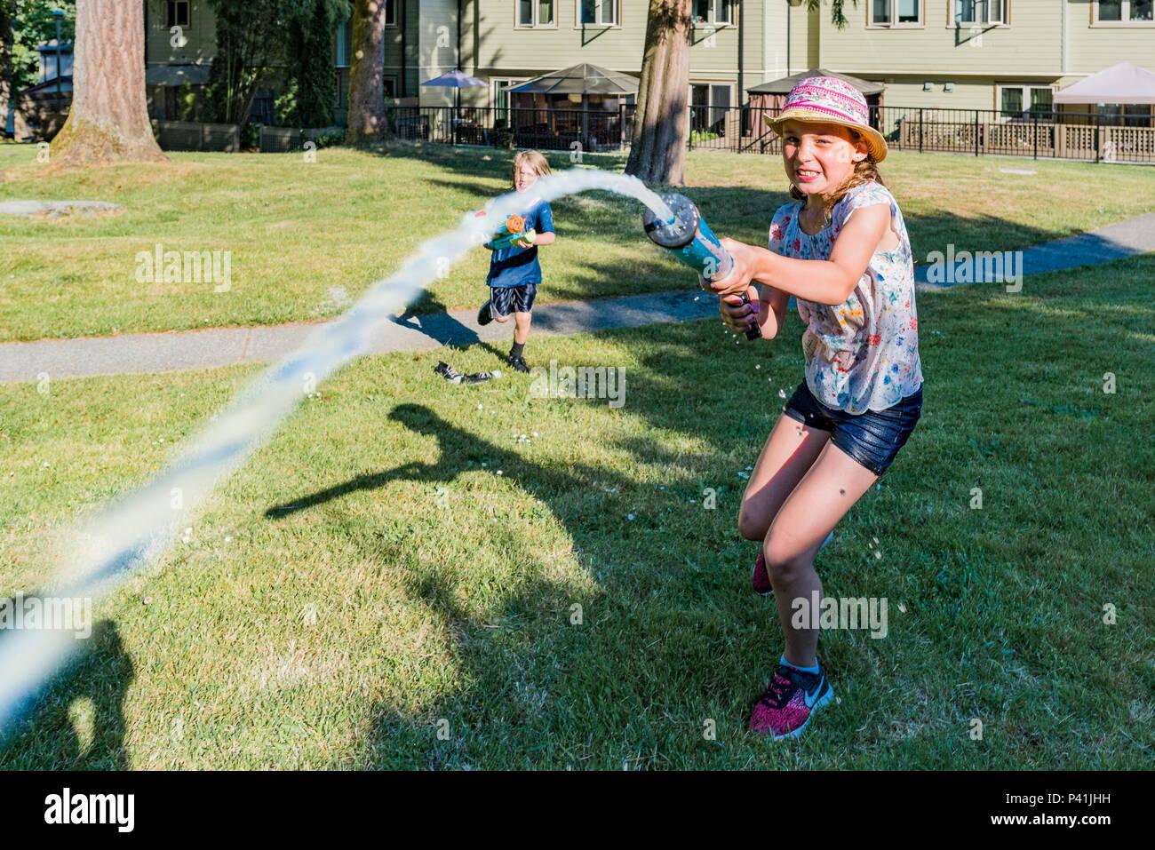 Mantener refrigerado, la diversión en verano. Los niños tienen patio agradable agua lucha. Imagen De Stock