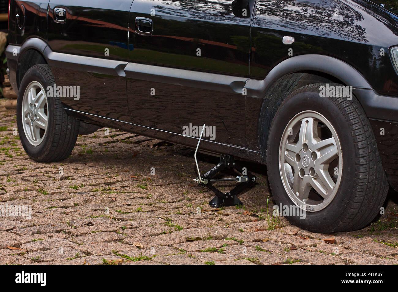 Macaco de manivela levantando um carro macaco Foto de stock