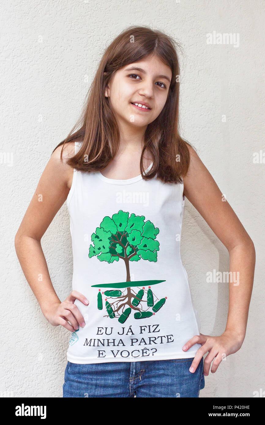 Camiseta de Garrafa Pet reciclável Camideta de material Camiseta Coleta seletiva de Lixo Foto de stock