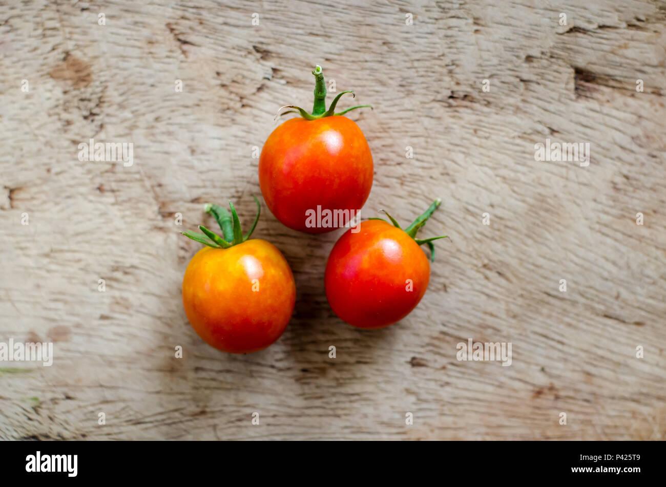 Los tomates en una tabla Imagen De Stock