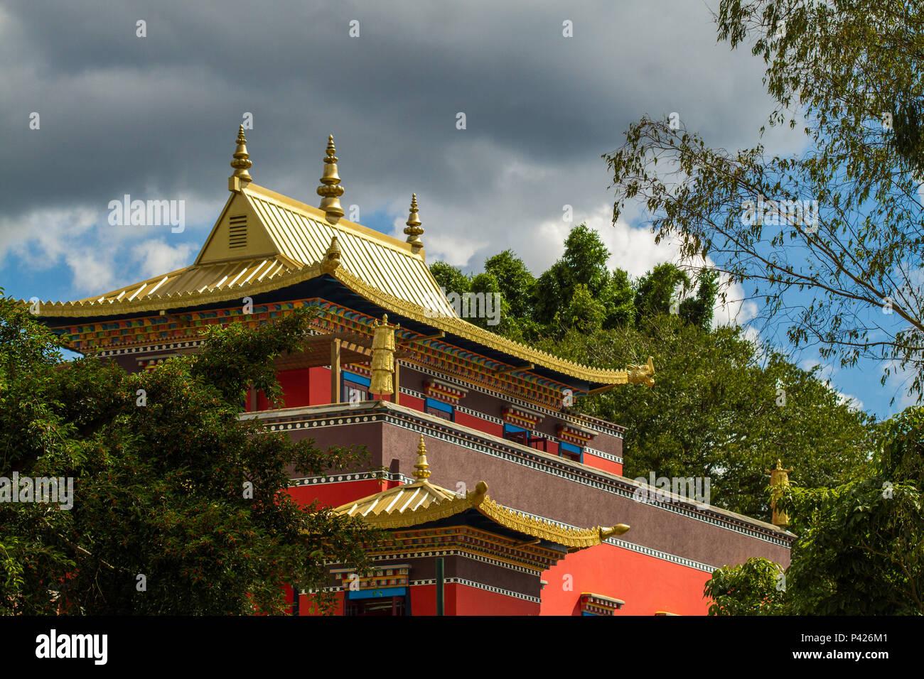Templo Chagdud Gonpa Odsal Ling , Templo budista tibetano, Cotia, São Paulo, Brasil. Foto de stock