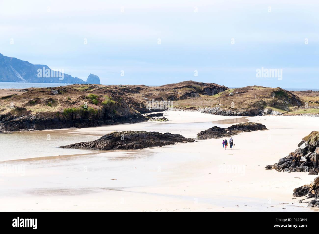 Caminando por la playa familiar en Rosbeg, Condado de Donegal, Irlanda Imagen De Stock
