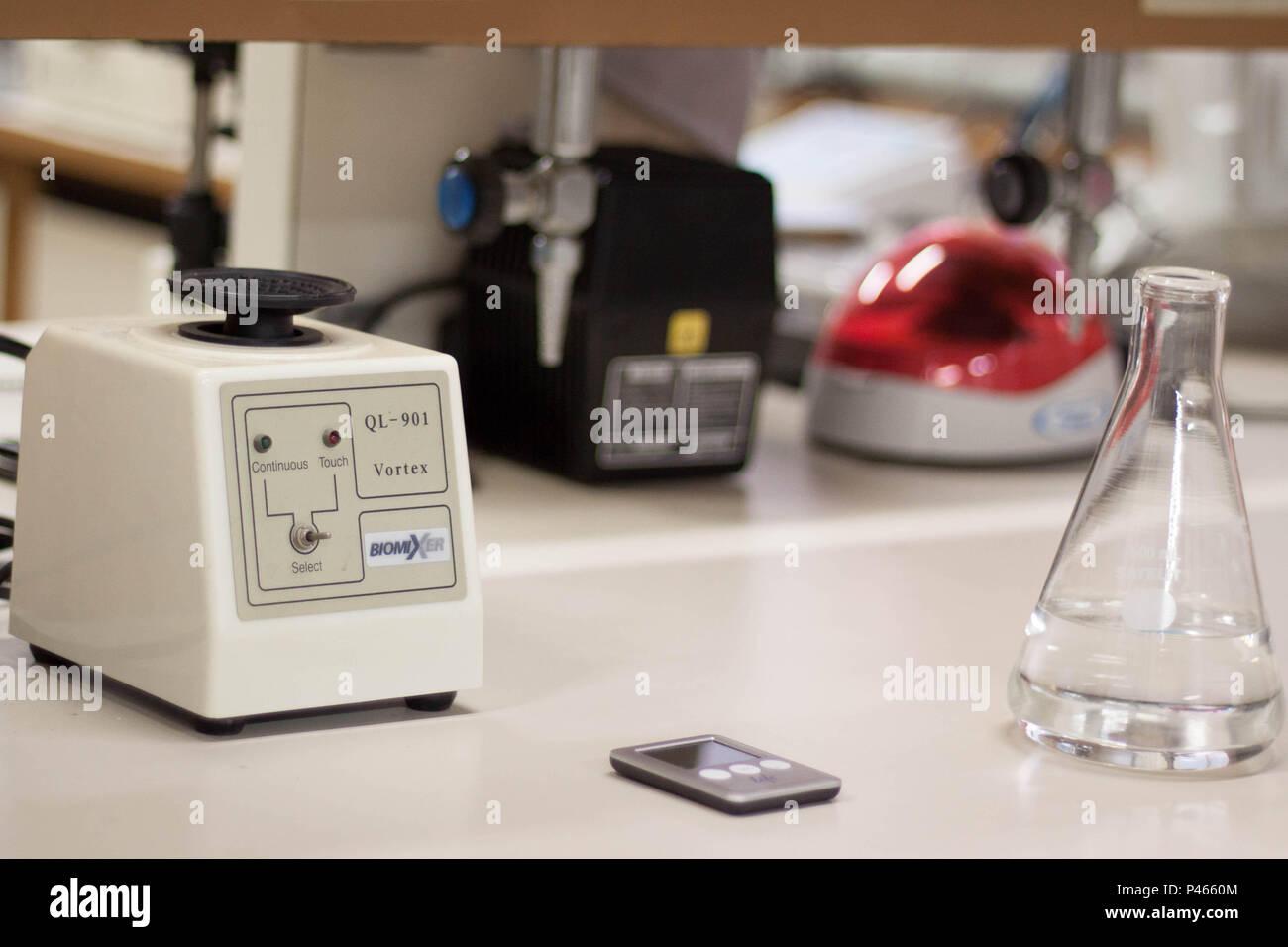 Com Eklenmeyer líquido transparente em bancada de laboratório. São Paulo/SP, Brasil. 27/06/2014. Foto: (Irene raujo/Fotoarena) Imagen De Stock