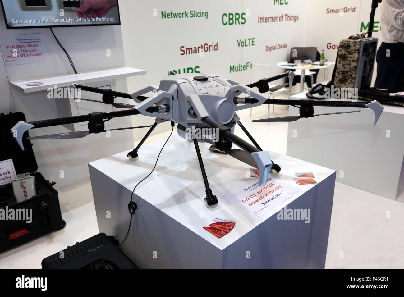 Un sistema Drone elistair atados para aplicaciones militares y comerciales, ofreciendo una completa red LTE y VoLTE en el cielo. Imagen De Stock