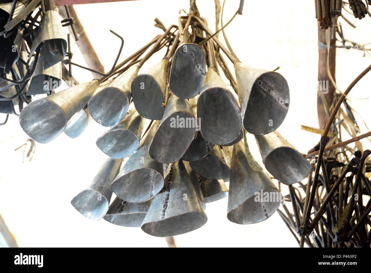 SALVADOR, BA - 26/12/2014: FEIRA DE SÃO JOAQUIM EM SALVADOR - Oh Agogô, ou Gan, instrumento tocado para marcar o Candomblé, também de tradição Alaketo. Feira de São Joaquim, em Salvador/BA. (Foto: Mauro Akin Nassor / Fotoarena) Foto de stock