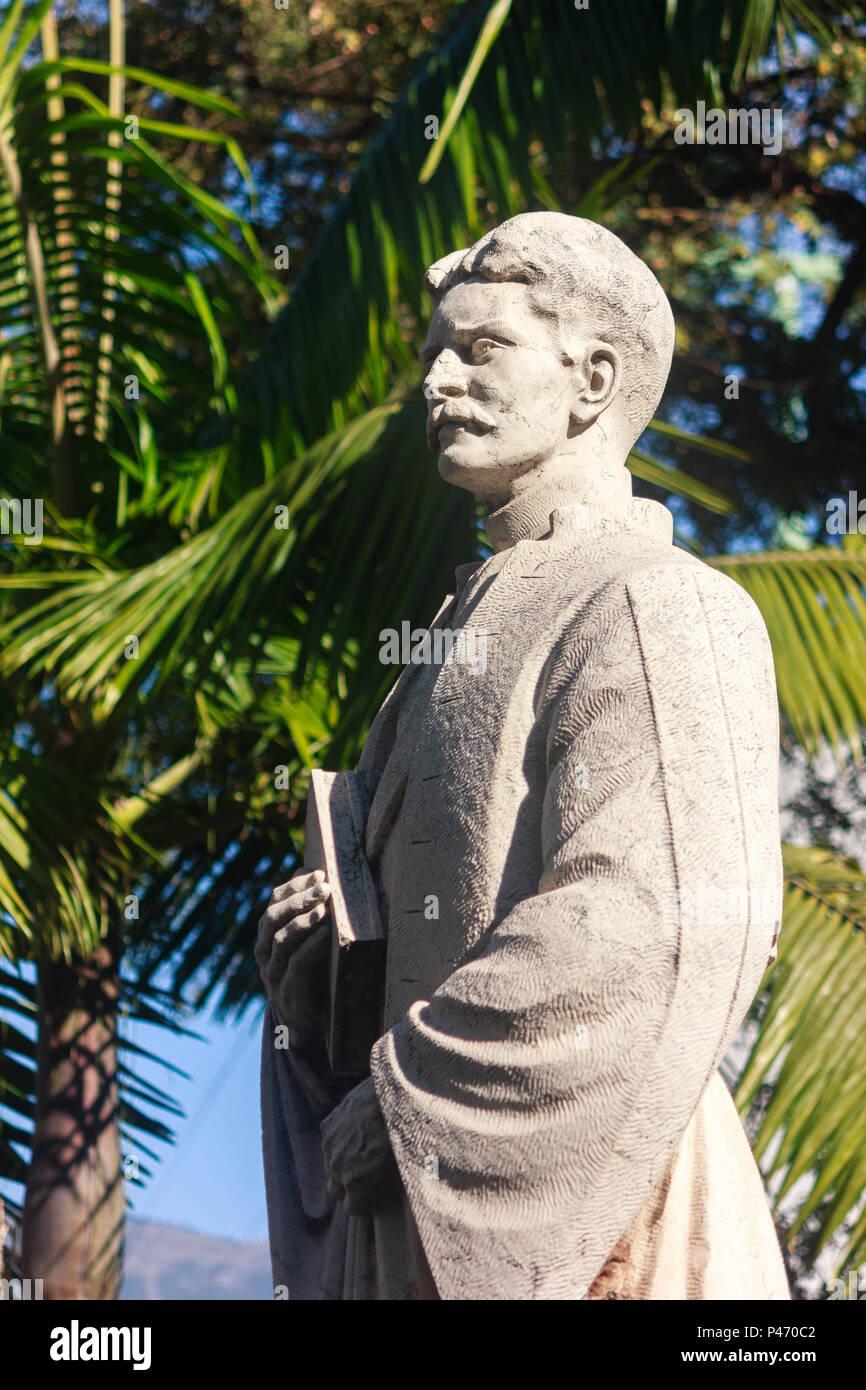 Funchal, Madeira: Estatua de Jaime Moniz, intelectual y político portugués con palmera en el fondo. Imagen De Stock