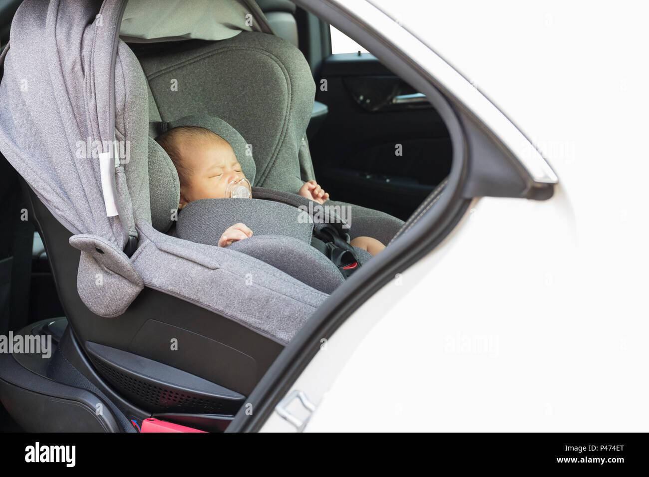 baa34caee Asia un mes lindo bebé recién nacido duerme en el asiento de coche moderno.