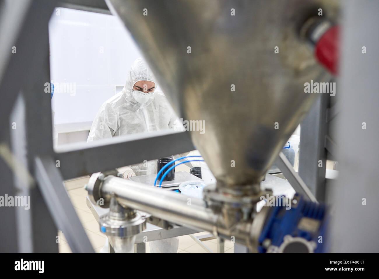 Trabajador de la fábrica de pie detrás del equipo Imagen De Stock