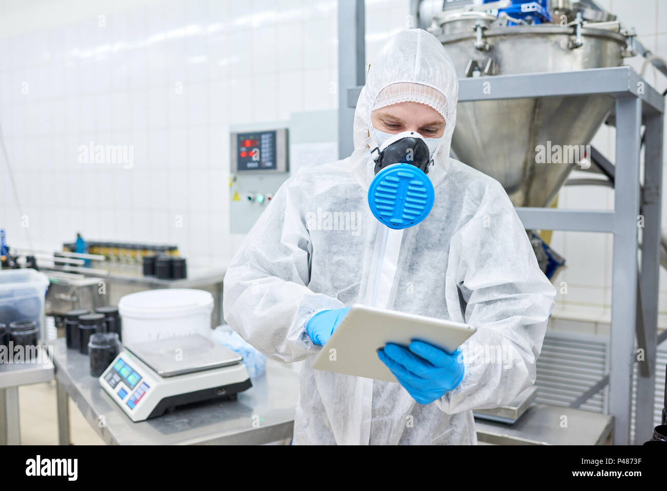 Empleado de fábrica y permanente con tablet Imagen De Stock