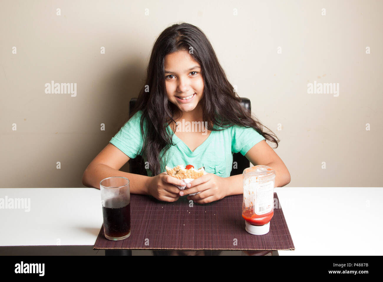 Adolescente comendo hamburguer. São Paulo/SP, Brasil. 030/03/2015. Foto: Irene Araujo / Fotoarena. Imagen De Stock
