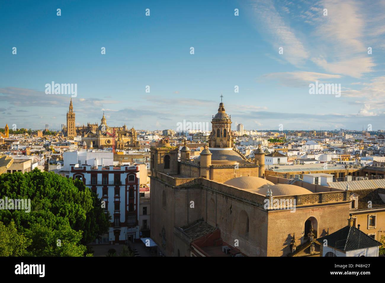 Sevilla España paisaje urbano, vista a través de la ciudad vieja de Sevilla al atardecer hacia la Catedral y La Giralda, Andalucia, España. Imagen De Stock