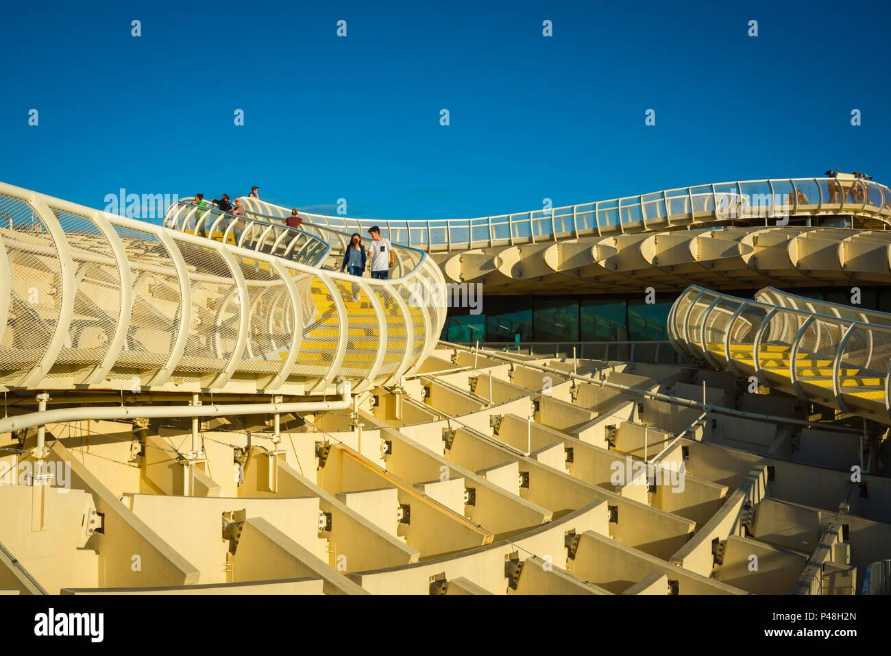 España arquitectura moderna, la vista de las personas que circulan por la pasarela en la parte superior del Metropol Parasol (Las setas) en Sevilla, Andalucía, España. Imagen De Stock