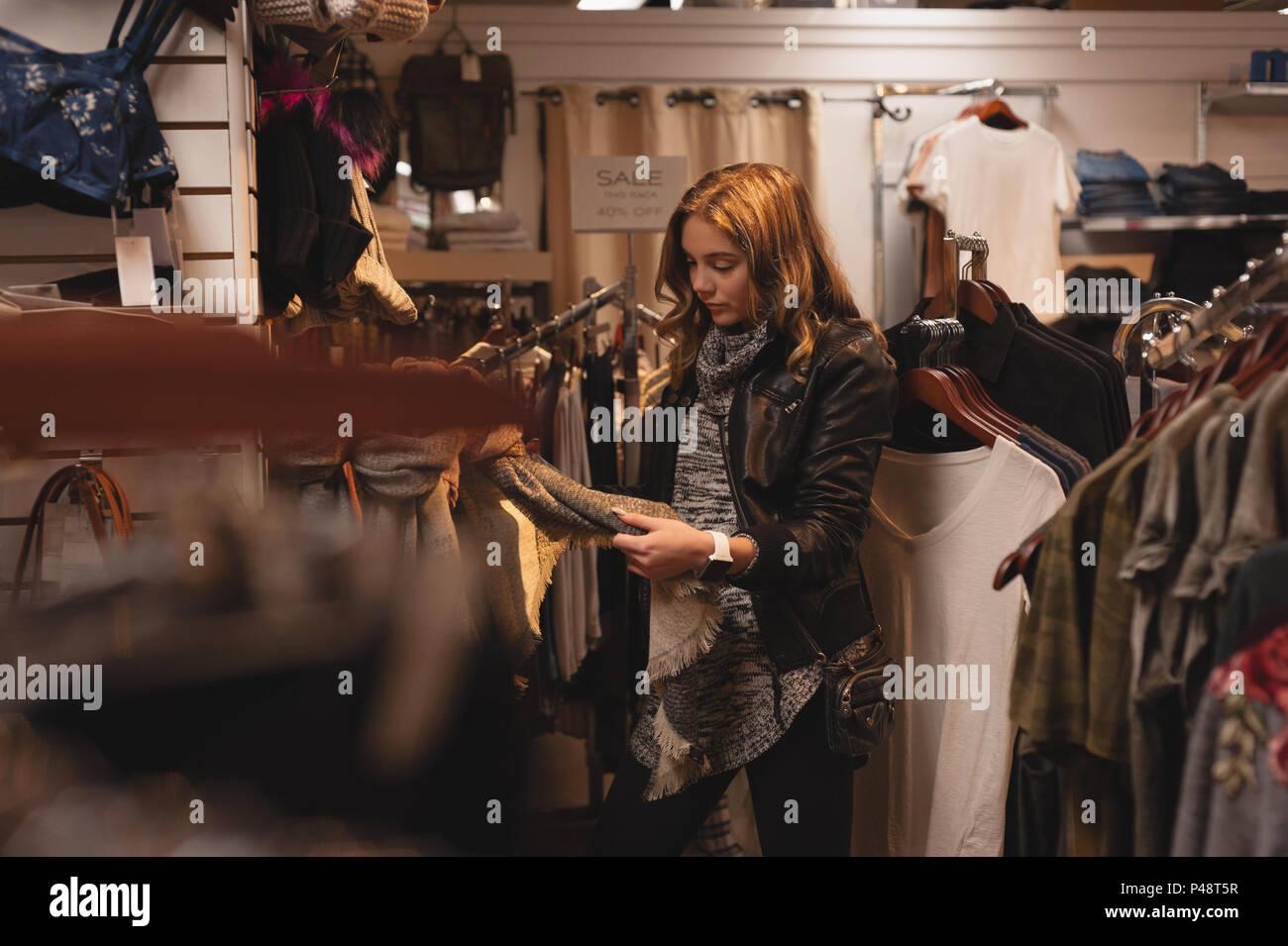 Bella mujer tiendas de ropa Imagen De Stock