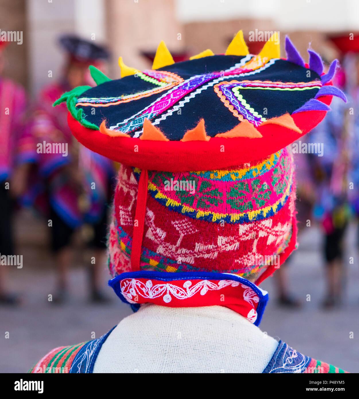 Joven muchacho Quechua vistiendo tradicionales tejidas a mano cholla (HAT).  Imagen De Stock 347db54ddc8
