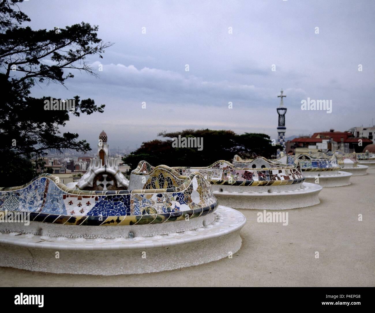 BANCO CORRIDO Y ONDULADO DEL PARQUE GÜELL recubierto de azulejos que bordea la explanada - 1900/1914. Autor: Antoni Gaudí (1852-1926). Ubicación: El Parque Güell, Barcelona, España. Imagen De Stock