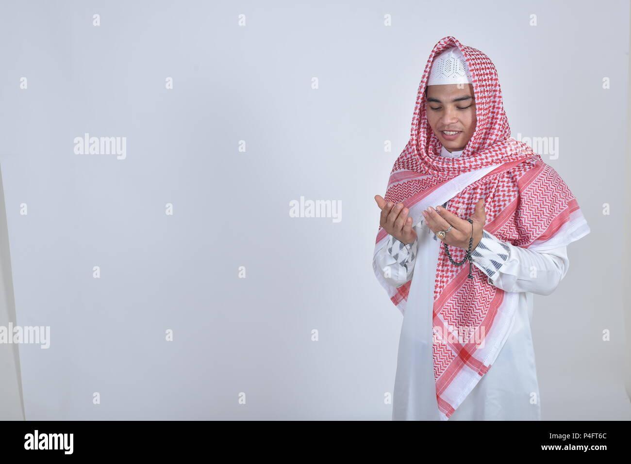 Hombre musulmán celebrar rosarios y rezando Imagen De Stock