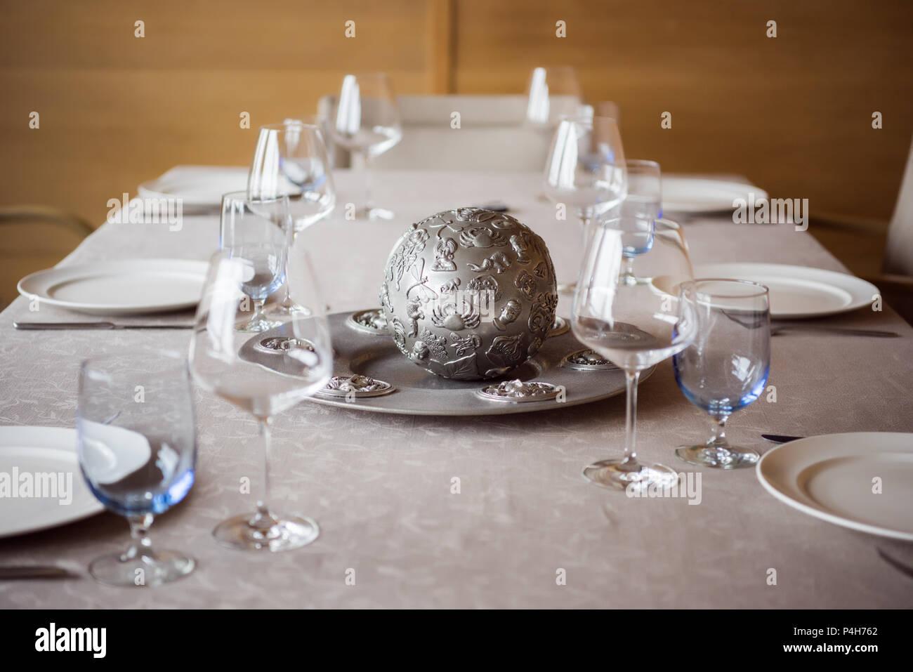 Ver de cerca la disposición de cubertería, decoraciones y wineglasses vacía sobre la mesa en el restaurante Foto de stock