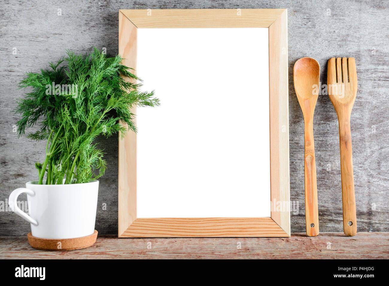 Un bastidor de madera vacías y accesorios de cocina en una pared ...