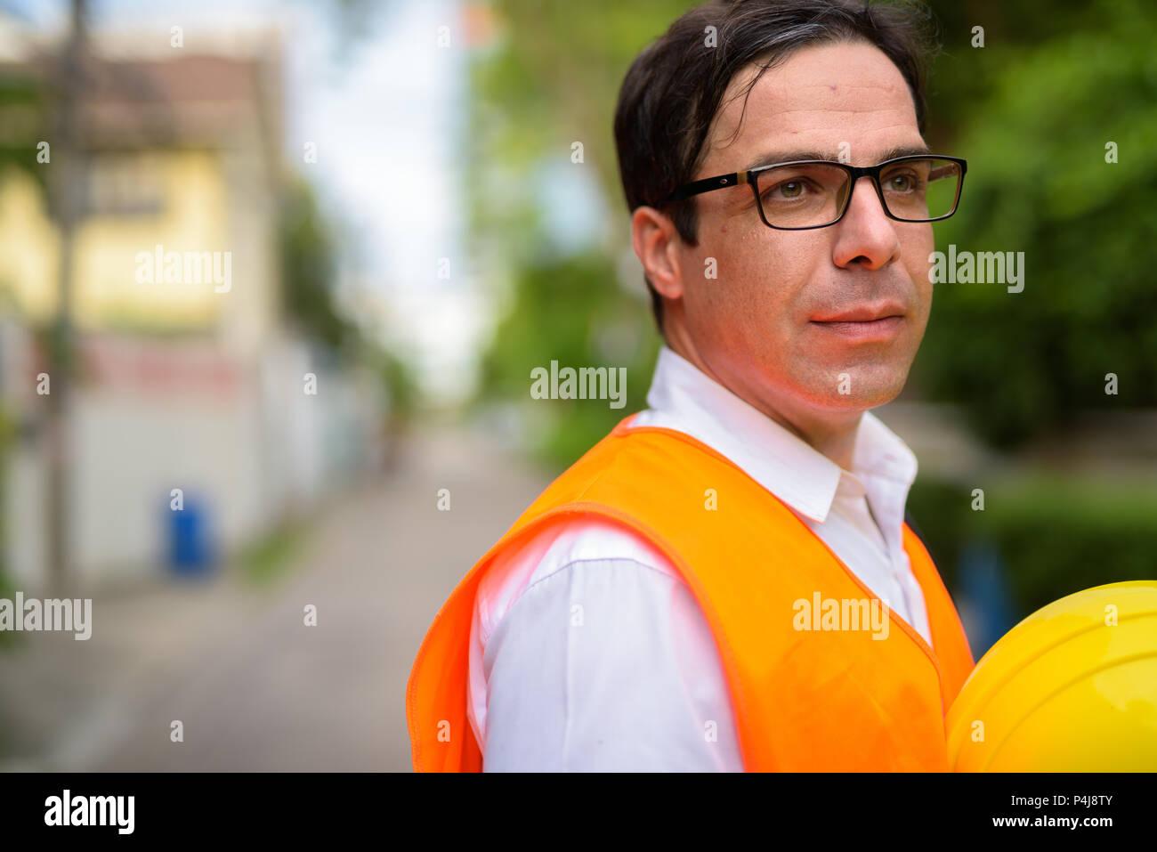 Apuesto hombre persa, trabajador de la construcción en la construcción sit Imagen De Stock