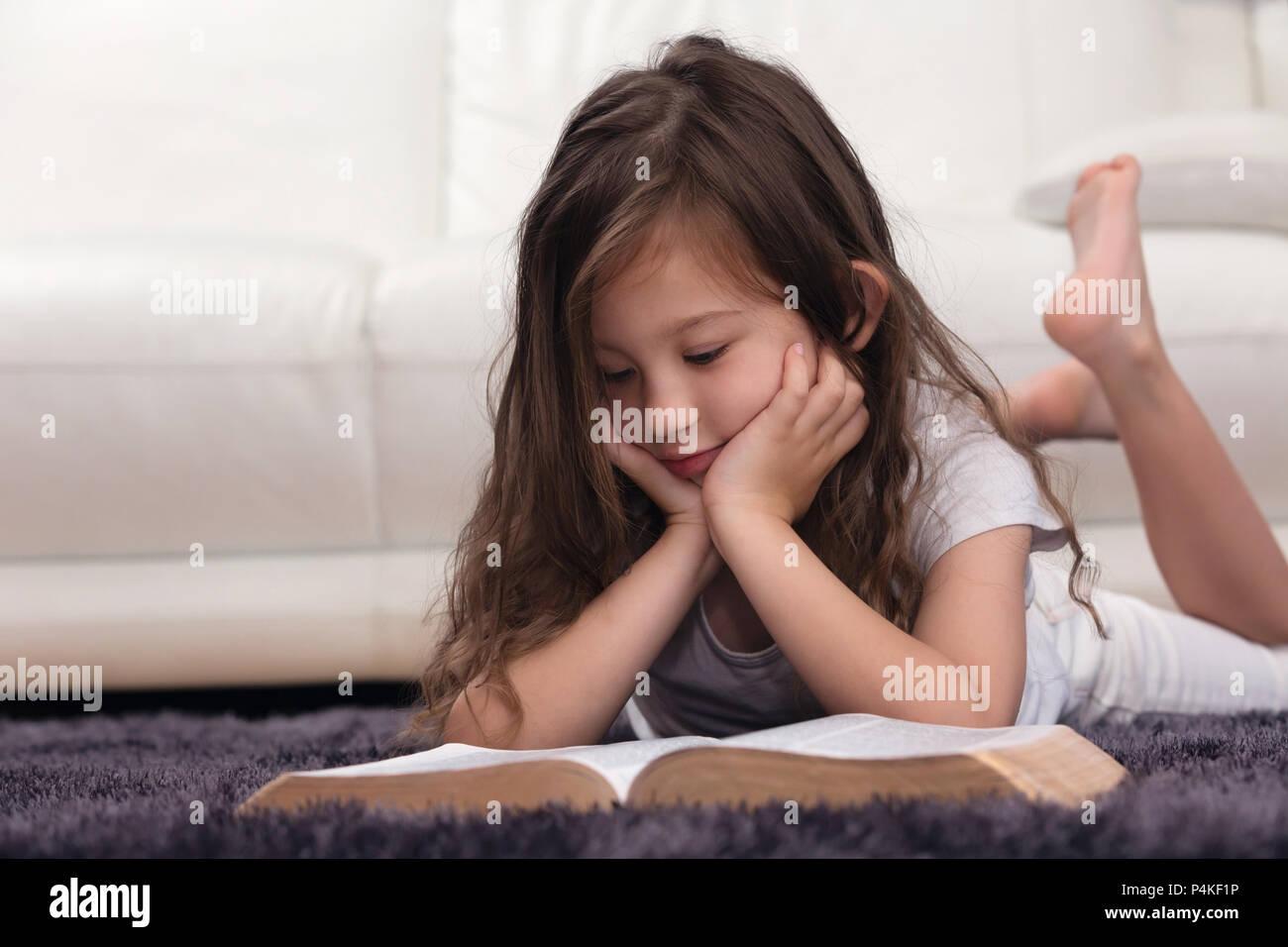 Niño Aprender La Palabra De Dios Fotografía De Stock Alamy