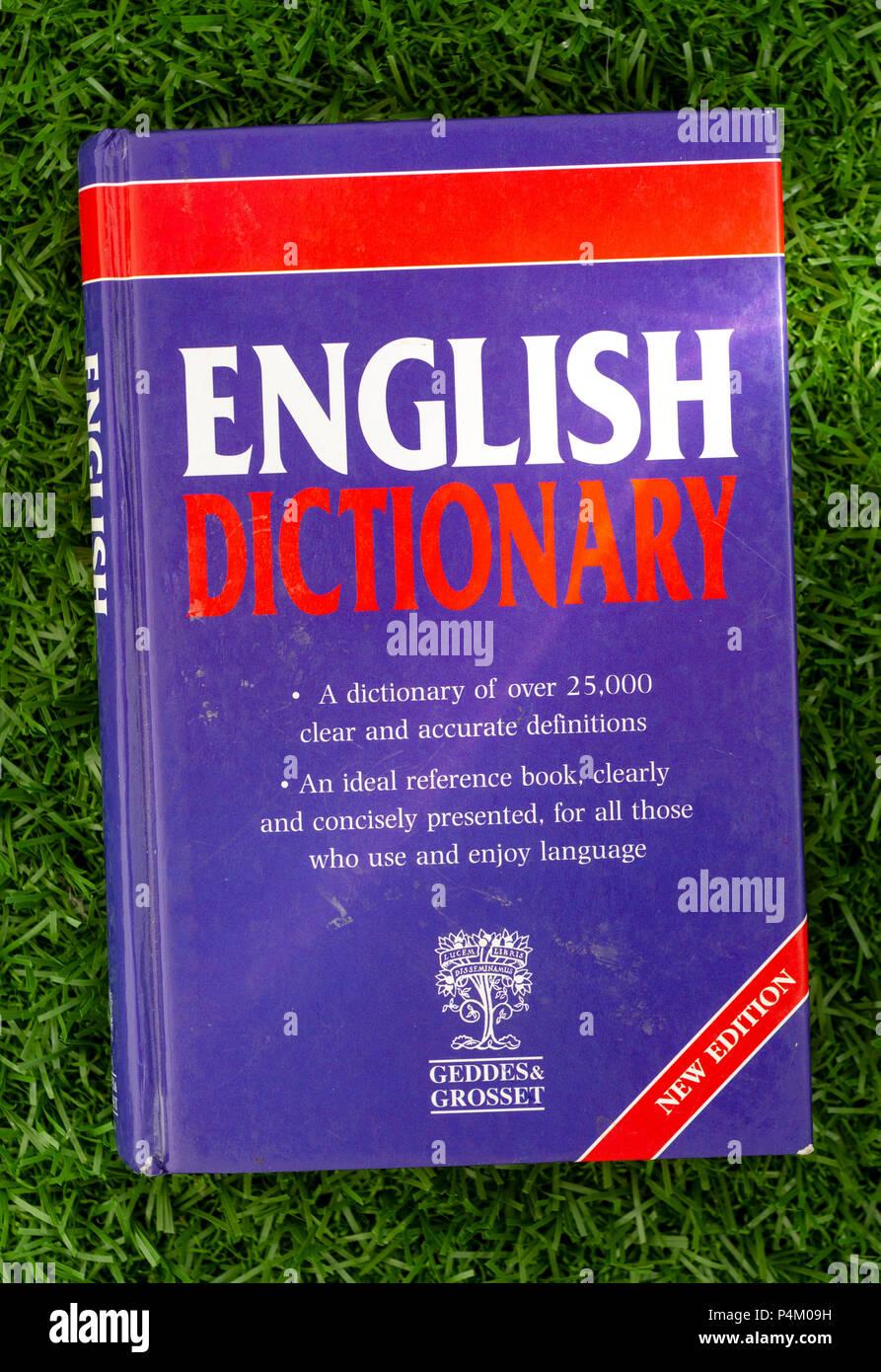 Diccionario inglés o diccionario es una colección de palabras y definiciones para un idioma específico, publicado por Geddes y Grosset Foto de stock