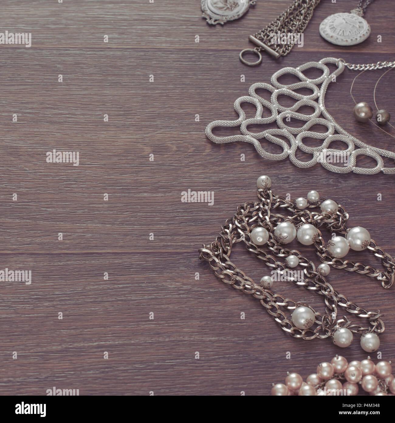 e80b63f45894 Conjunto de joyería vintage sobre un fondo de madera oscura. Collar perla  cameo medallón ver