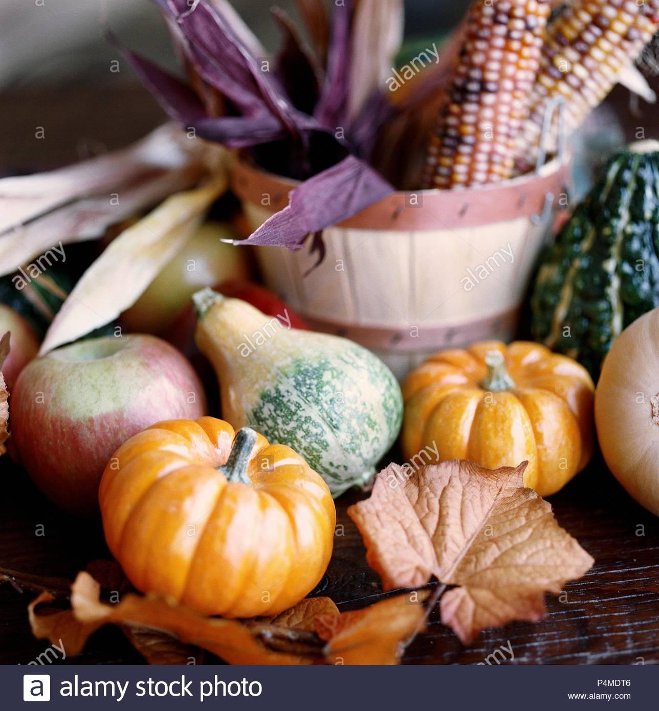 Otoño bodegón con calabazas, manzanas y maíz. Foto de stock
