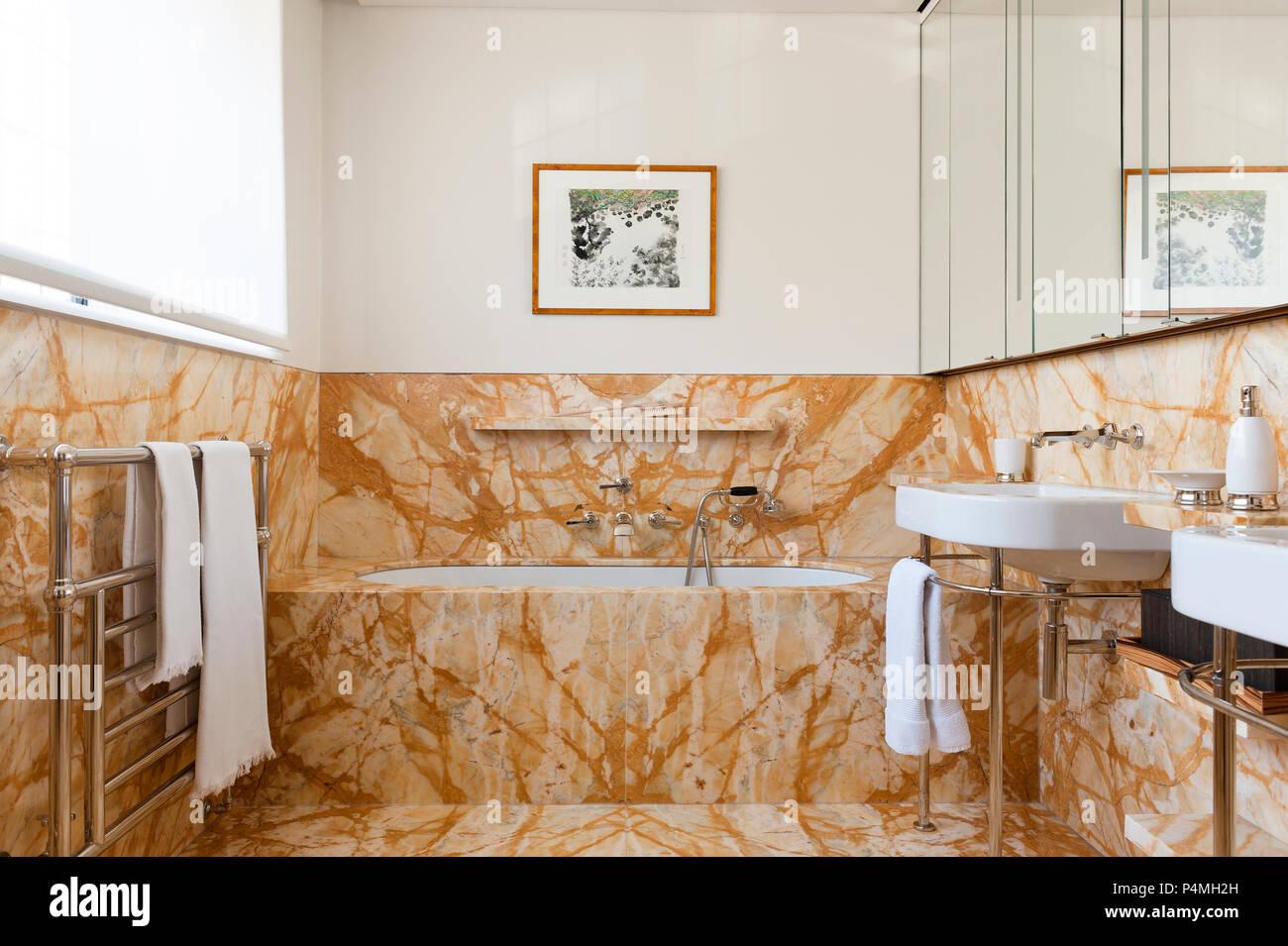 Cuarto de baño con azulejos marrones Foto & Imagen De Stock ...