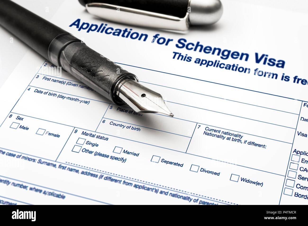 Cierre de una solicitud de visado Schengen y pasaporte. Imagen De Stock