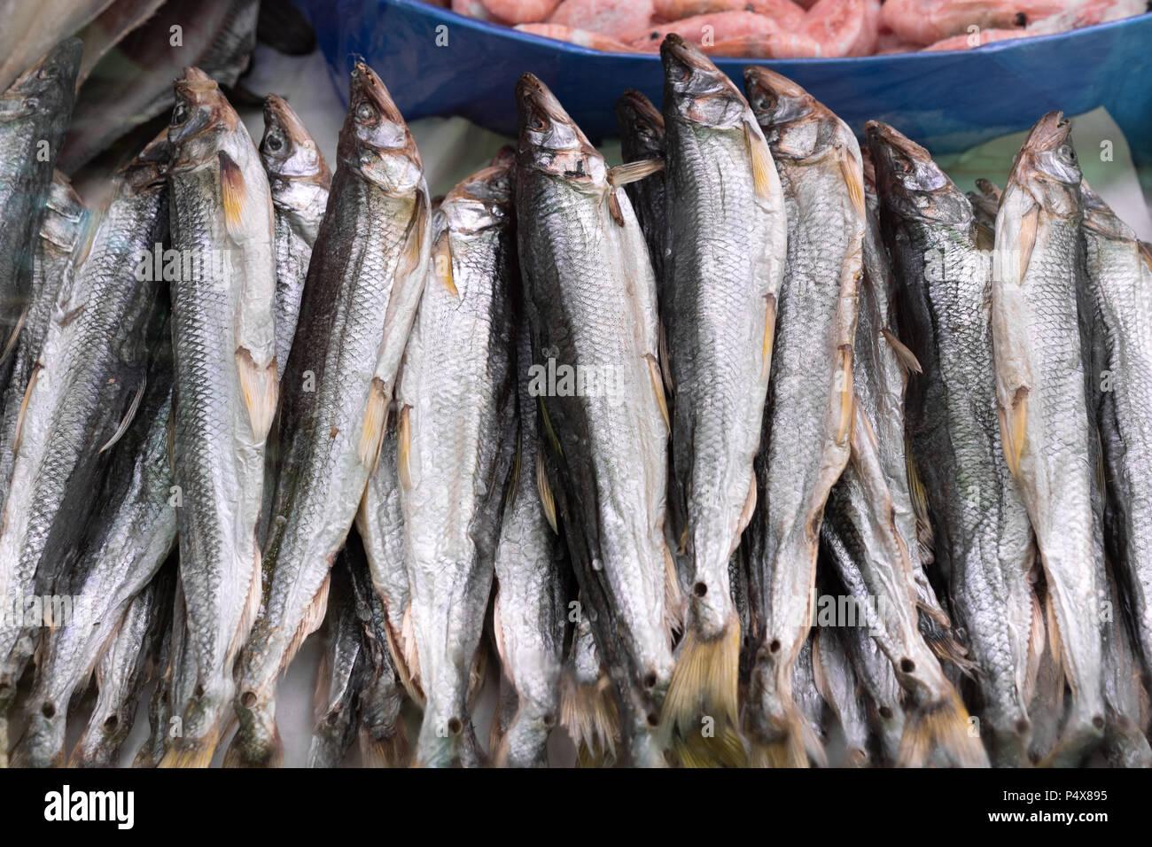 Vista cercana de secas saladas Peces salino en el contador para mercado de pescado. Concepto: delicioso, mercado de pescado, la cocina asiática. Imagen De Stock
