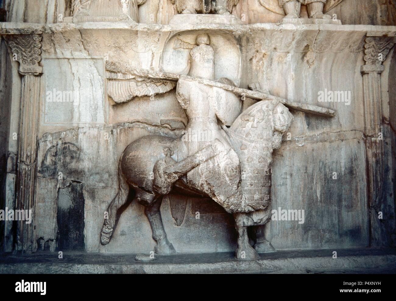 La Taq-e Bostan. Gran Arco del jardín. Relieves de roca. Imperio Sasánida de Persia (Irán). 4º siglo. Detalle de una figura de un hombre montado en un caballo fuerte. Creen que la cifra está mostrando Khosrow Parviz sobre su caballo llamado Shabdiz. Fue el último gran rey del imperio Sasán, Rey de Khosrow II (reinó 590-628). República Islámica de Irán. Foto de stock