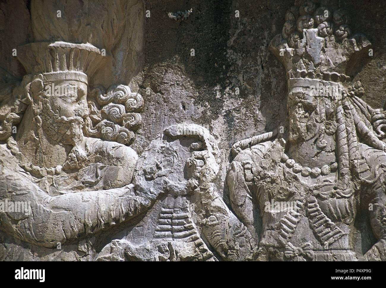Rock sasánidas alivio. La investidura de Narseh recibir la corona de la realeza de una figura femenina (la divinidad Shapurdokhtak Aredvi Sura o Queen), c. 293-303. Naqsh-e Rustam, provincia de Fars, Irán. (La Antigua Persia). Foto de stock