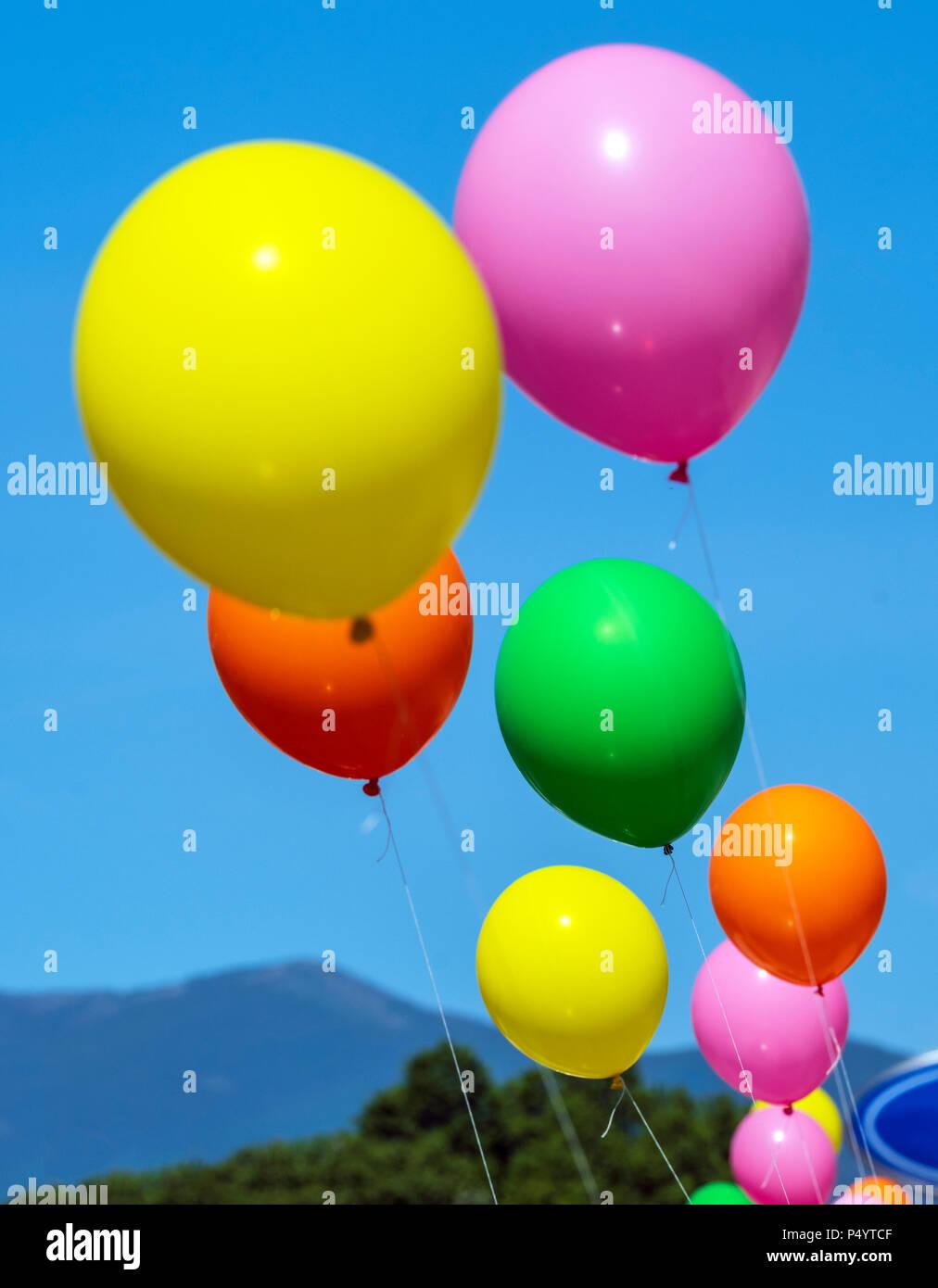 Globos de colores; día ventoso; concesionario de automóviles; Salida, Colorado, EE.UU. Imagen De Stock